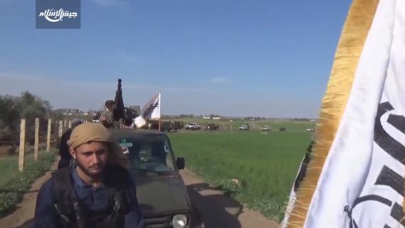 عناصر من «جبهة النصرة» قرب مطار حلب الدولي امس الاول الذي تسيطر القوات  السورية